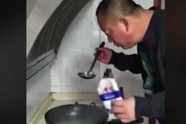 Τραγικό: Ο πιο αποτυχημένος τρόπος για να δοκιμάσεις το αλάτι του φαγητού είναι γεγονός (video)