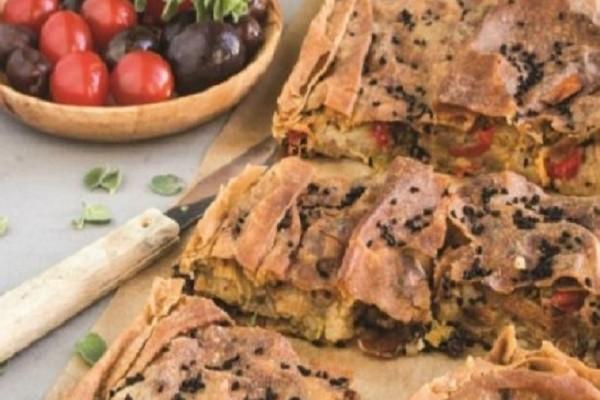 Νόστιμη και χορταστική: Φτιάξτε την πιο ωραία πατατόπιτα με λαχανικά και ελιές!