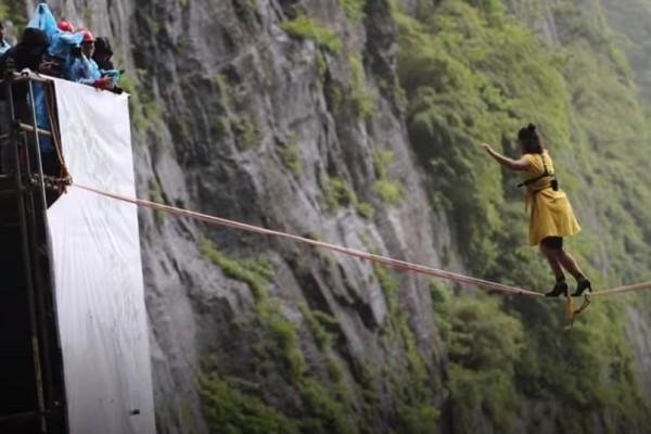 Βίντεο που κόβει την ανάσα: Γυναίκες περπατούν σε τεντωμένο σχοινί στα 1.300 μ. με ψηλοτάκουνα!
