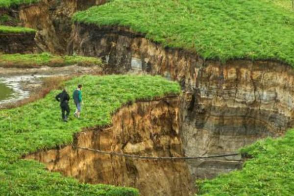 Απίστευτο: Νεοζηλανδός πήγε το πρωί για δουλειά στο χωράφι και βρέθηκε μπροστά σε μια τρύπα 200 μέτρων! (video)