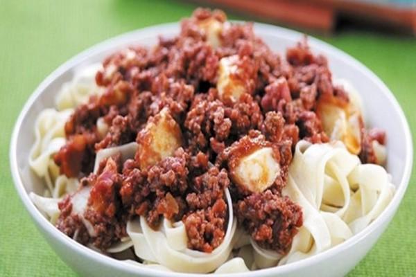 Η συνταγή της ημέρας: Ταλιατέλες με πικάντικη σάλτσα από λουκάνικα!