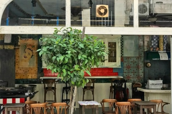 Αποκλειστικό: Αν η Αβάνα έχει το Bodeguita del Medio, η Αθήνα μόλις απέκτησε το Dos Gardenias, το πιο ατμοσφαιρικό κουβανέζικο στέκι της πόλης.