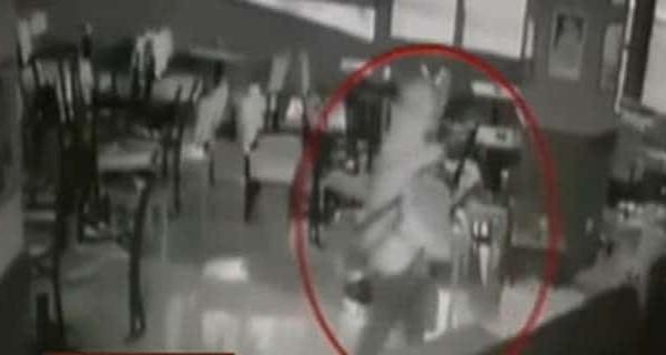 Άστεγος φύλακας- άγγελος στην Θεσσαλονίκη: Κυνήγησε διαρρήκτες στην καφετέρια που κοιμόταν (video)