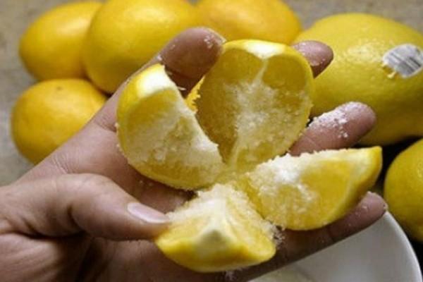 Κόψτε το λεμόνι στα 4 και ρίξτε αλάτι… αυτό το κόλπο θα αλλάξει τη ζωή σας για πάντα!