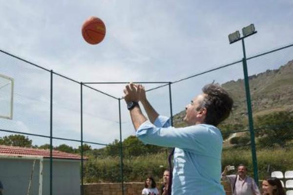 Ίμβρος: Ο Μητσοτάκης παίζει μπάσκετ με μαθητές σχολείο!