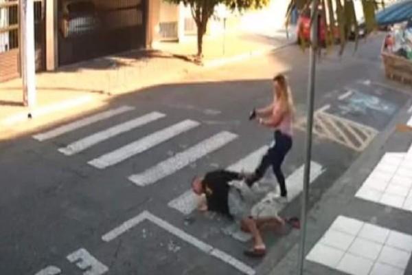 Σούπερ μαμά εξουδετέρωσε ληστή που απειλούσε παιδάκια με όπλο!