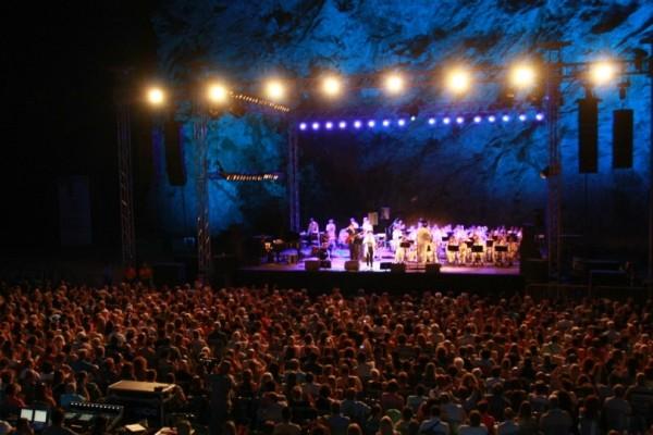 Συναυλίες στο Θέατρο Βράχων που πρέπει οπωσδήποτε να πας φέτος το καλοκαίρι!