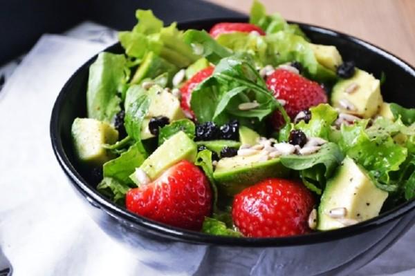 Φτιάξτε μία καλοκαιρινή και αρωματική σαλάτα με σπανάκι και dressing φράουλας!