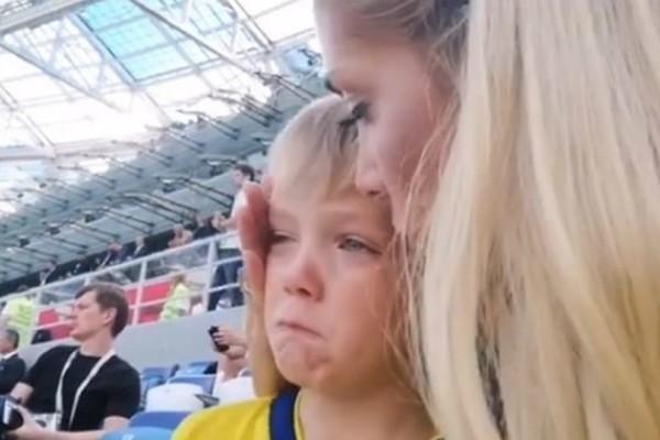 Πλάνταξε στο κλάμα ο ο γιος του Μπεργκ βλέποντας τον μπαμπά του στο γήπεδο (video)