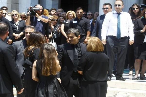 Αγκαλιά με την μάνα του έφτασε στην κηδεία του πατέρα του ο Δημήτρης Γιαννακόπουλος!