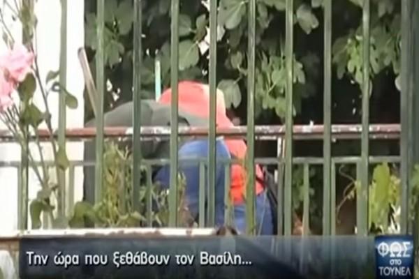 Τραγωδία στην Δράμα: Η Αγγελική Νικολούλη στο σπίτι που βρέθηκε θαμμένος ο 37χρονος! (video)