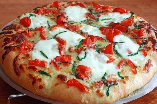 Είναι πανεύκολη: Πίτσα με πέστο βασιλικού, μοτσαρέλα και λιαστές ντομάτες!