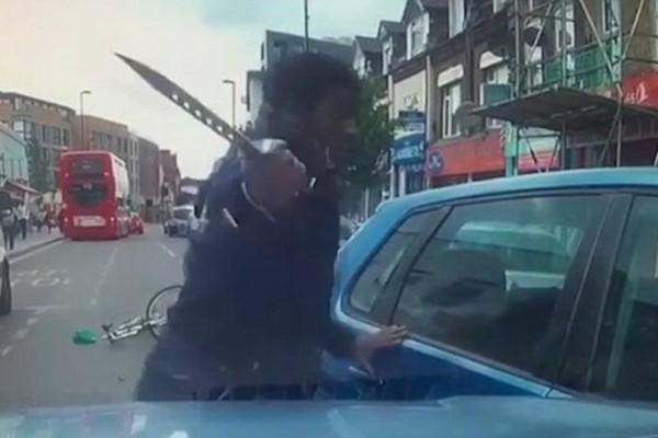 Βίντεο σοκ: Ποδηλάτης έβγαλε μαχαίρι σε οδηγό που τον «έκλεισε»!