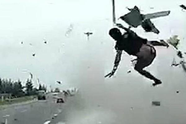Βίντεο σοκ: Οδηγός νταλίκας τρακάρει και εκτοξεύεται στο αντίθετο ρεύμα!