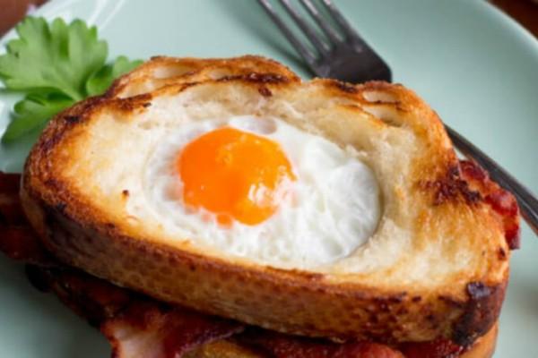 Το απόγευμα κάνουμε ένα διάλειμμα για σάντουιτς με μπέικον κι αυγό