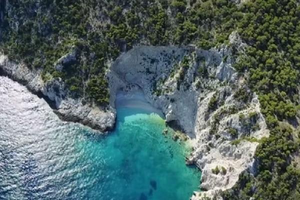 Θα σας ταξιδέψει: Η μαγευτική παραλία που θυμίζει το