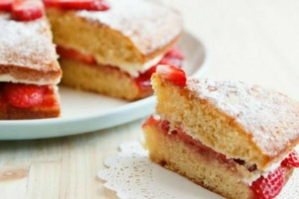 Αφράτο κέικ με κρέμα και φράουλες!