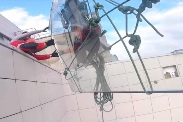 Η απόλυτη καταστροφή: Γλίστρησε τζάμι 380 κιλών από τον… 47ο όροφο ουρανοξύστη! (Video)