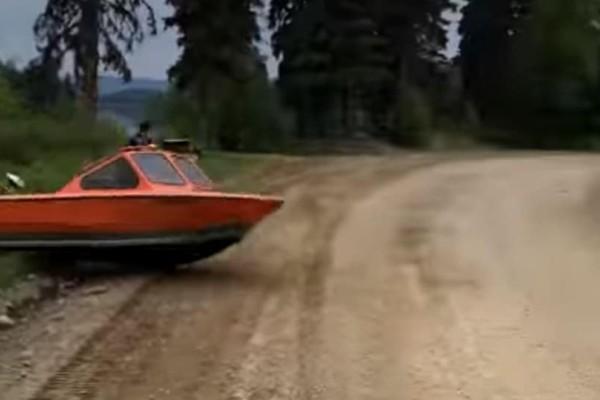 Απίστευτο κι όμως αληθινό: Βάρκα πατάει… γκάζι και προσγειώνεται σε δρόμο! (Video)