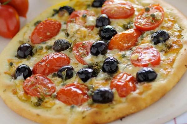 Τέλεια συνταγή για πίτσα με ντοματίνια και ελιές!