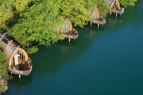 Όλοι θέλουμε να μείνουμε σε αυτό το κατάλυμα! Ένας επίγειος παράδεισος πάνω στη λίμνη! (Photos)