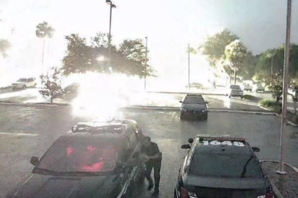 Βίντεο σοκ: Κεραυνός «σκάει» ακριβώς πίσω του!