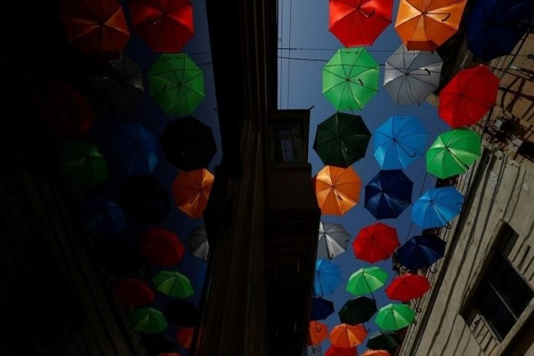 Η φωτογραφία της ημέρας: Δρόμος στη Μάλτα στολίζεται με ομπρέλες!