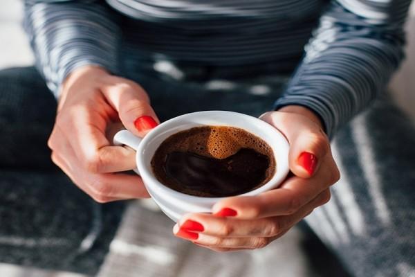 Γιατί πρέπει να κόψεις τη ζάχαρη και το γάλα από τον καφέ!