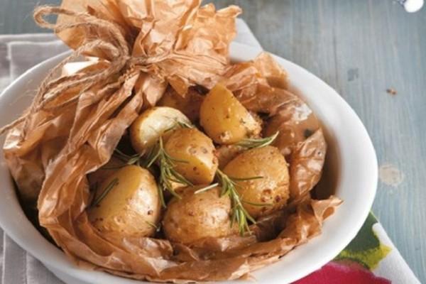 Μία εύκολη και γρήγορη συνταγή: Πατατούλες στη λαδόκολλα με σάλτσα φέτας!