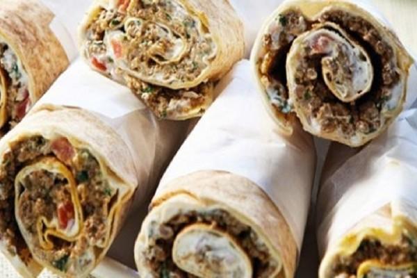 Η συνταγή της ημέρας: Ρολάκια αραβικής πίτας με γιαούρτι και πικάντικο κιμά!
