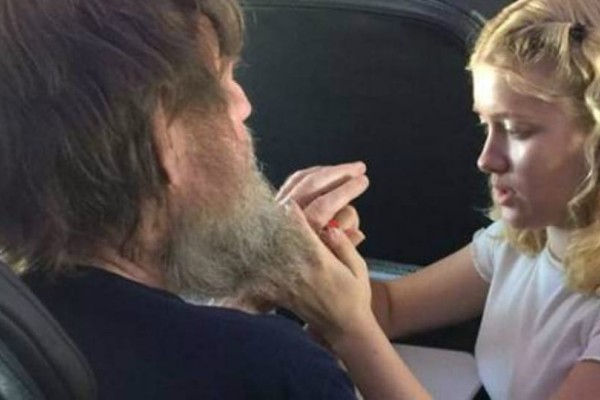 Ιστορία που συγκινεί: Μια 15χρονη βοηθά έναν τυφλό και κωφό να επικοινωνήσει σε αεροπορική πτήση!