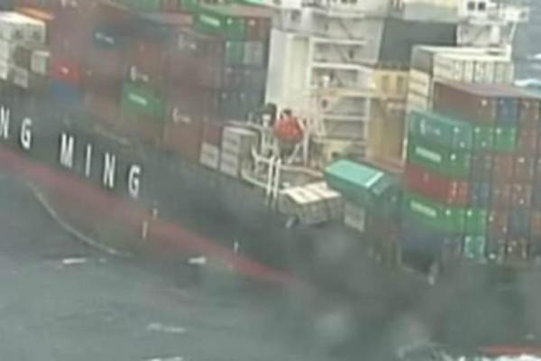 Απίστευτο βίντεο: Φορτηγό πλοίο έχασε 83 κοντέινερ -Γέμισε η θάλασσα με πάνες και χειρουργικές μάσκες!