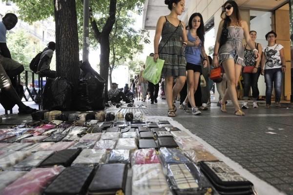 Πειραιάς: Κατάσχεσαν 7 τόνους παράνομα ρούχα, παπούτσια και τσάντες!