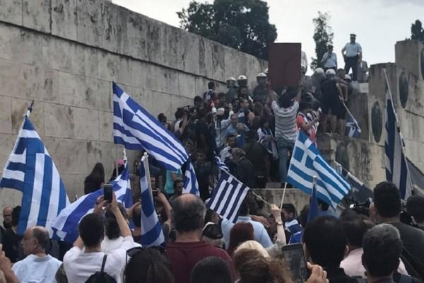 Ένταση στο συλλαλητήριο για τη Μακεδονία! - Προσπάθησαν να μπουν στη Βουλή!
