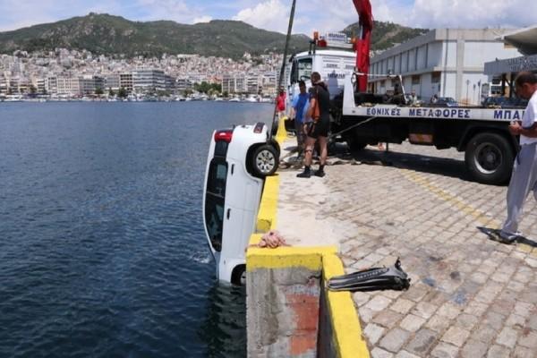 Καβάλα: Αυτοκίνητο γλίστρησε και έπεσε στη θάλασσα! (Photo)