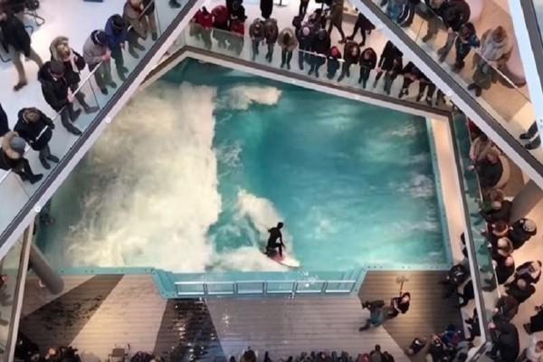 Εντυπωσιακό: Κάνουν σερφ και δαμάζουν τα κύματα μέσα σε εμπορικό κέντρο! (Video)