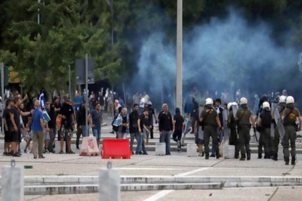 Σε πεδίο μάχης μετατράπηκε η Θεσσαλονίκη! - Χημικά και πετροπόλεμος σε εκδήλωση του ΣΥΡΙΖΑ για το Σκοπιανό! (Video)
