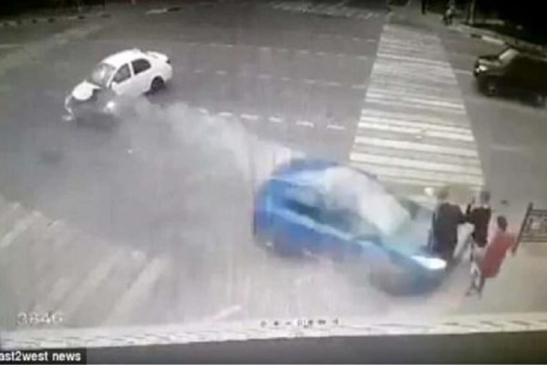 Βίντεο-σοκ: Γυναίκα οδηγός πετάει στον αέρα τρεις μαθητές!