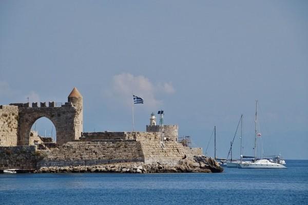 Ρόδος: Στο λιμάνι επέστρεψε τουριστικό πλοίο λόγω θαλάσσιας ρύπανσης!