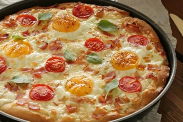 Εύκολη και πολύ γρήγορη πίτσα με γραβιέρα, μπέικον και αυγά