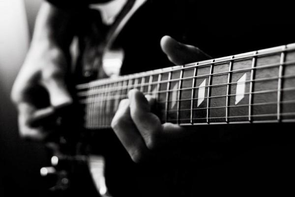 Σοκ! Πέθανε ο κιθαρίστας πασίγνωστου συγκροτήματος!