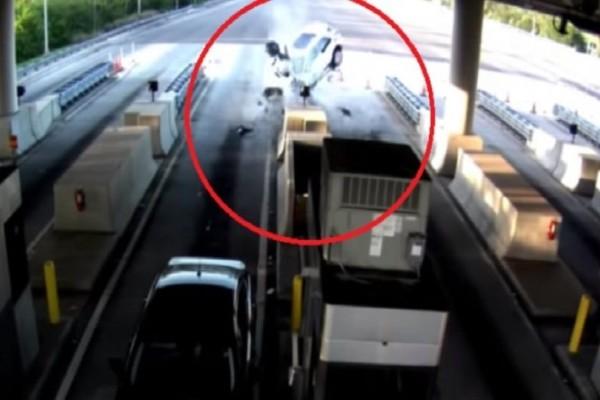 Τρομακτικό ατύχημα: Αυτοκίνητο έπεσε στα διόδια και ένας επιβάτης πέταχτηκε έξω από το παρμπρίζ! (video)