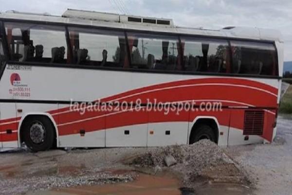 Απίστευτο: Οδόστρωμα «κατάπιε» λεωφορείο του ΚΤΕΛ στον Λαγκαδά! (Photo)