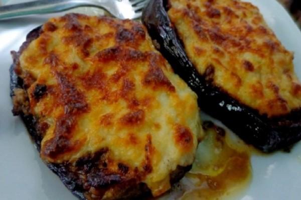 Η συνταγή της ημέρας: Παπουτσάκια με κρέας και μπεσαμέλ καπνιστής μελιτζάνας!