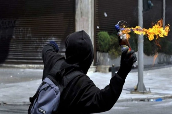 Εξάρχεια: Νέες επιθέσεις με μολότοφ και πέτρες!