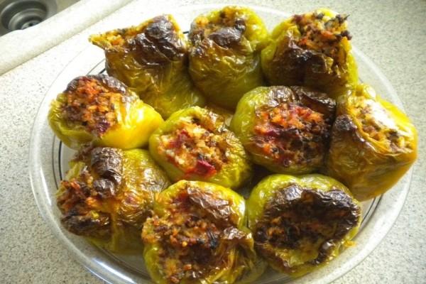Ένα καλοκαιρινό πιάτο: Φτιάξτε πιπεριές γεμιστές με κιμά και πλιγούρι!