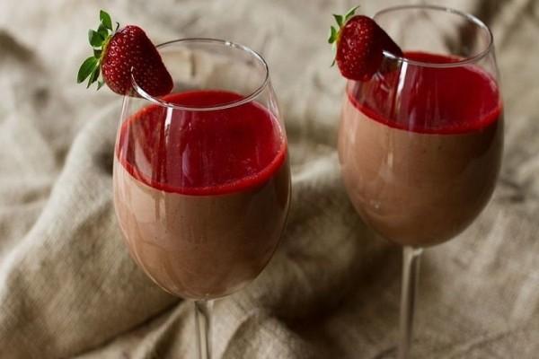 Ένα πεντανόστιμο γλυκάκι: Μους σοκολάτα γάλακτος - φράουλας!