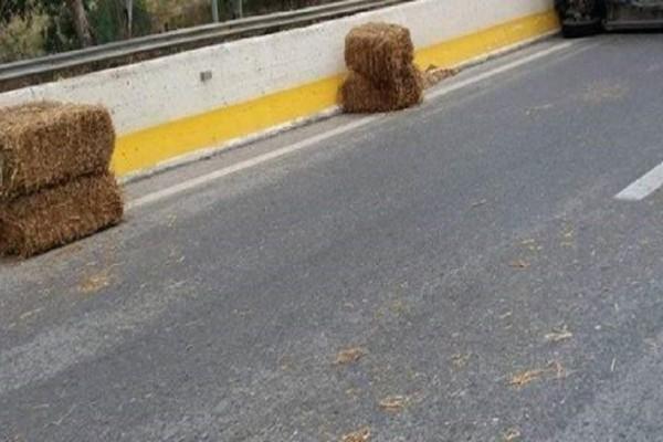 Κρήτη: Ξαφνικά η εθνική οδός γέμισε σανό! - Μετά την ανατροπή φορτηγού