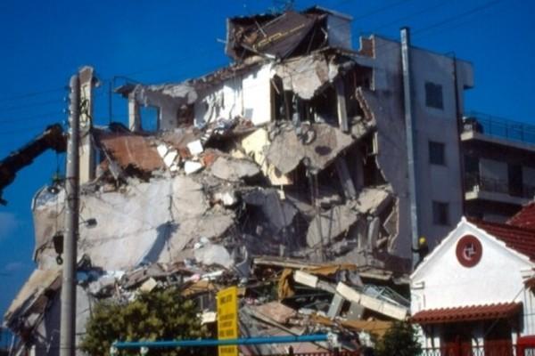 Σεισμός στο Αίγιο: Οταν ο Εγκέλαδος άφησε πίσω του 26 νεκρούς και κατέστρεψε την πόλη (Photos+video)