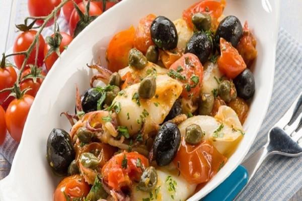 Η συνταγή της ημέρας: Καλαμαράκια με ντοματίνια, ελιές και κάππαρη!